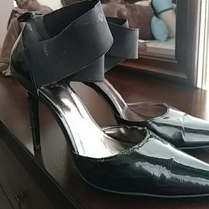 Carlos Santana 8.5 black heels that has some signs